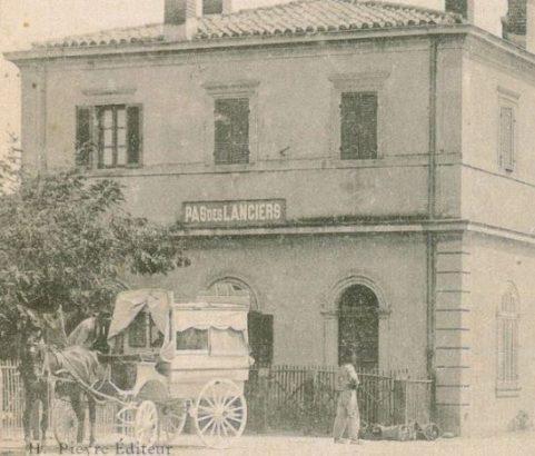 Les service d'autobus et de voitures à la gare de Pas-des-Lanciers