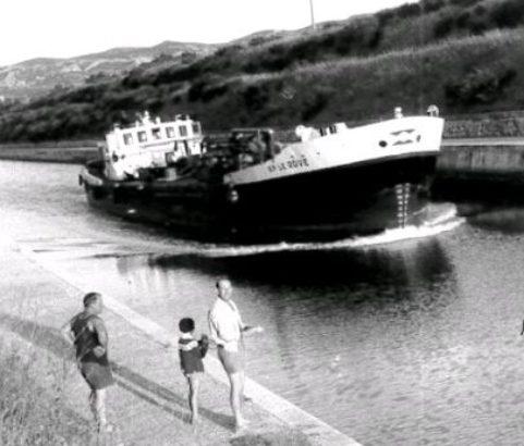 Péniche sur le canal - Photo Archives municipales