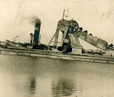 Péniche dans le canal - Photo Archives Ville de Marignane